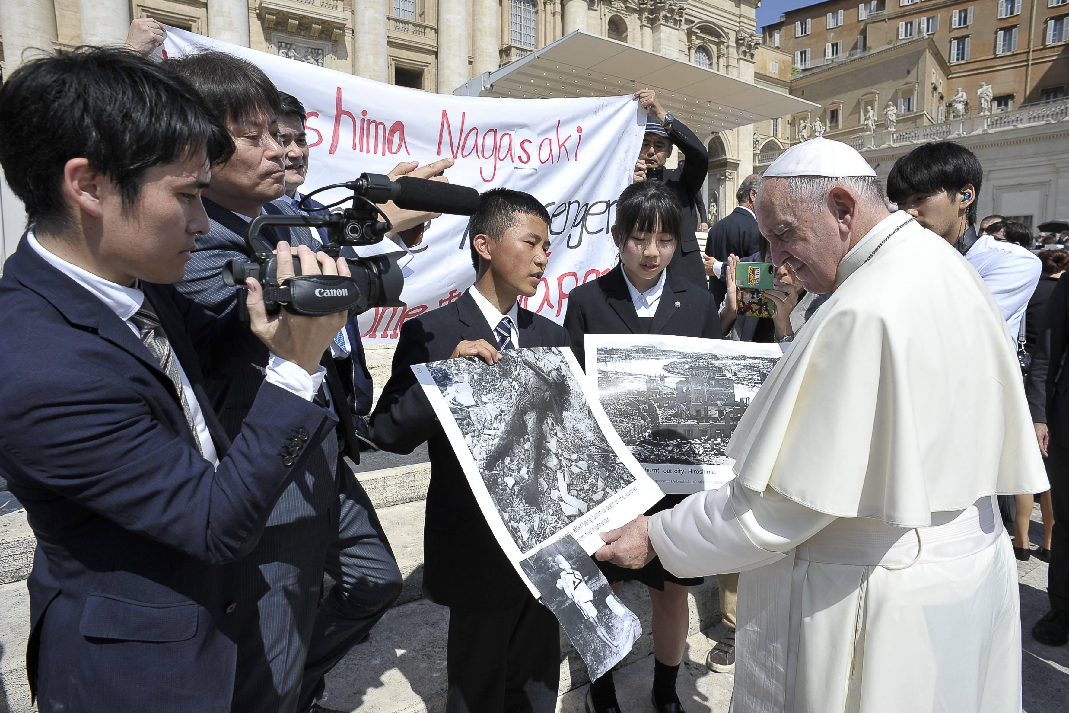 Mensajeros de La Paz de Hiroshima y Nagasaki con el Papa Francisco © Vatican Media