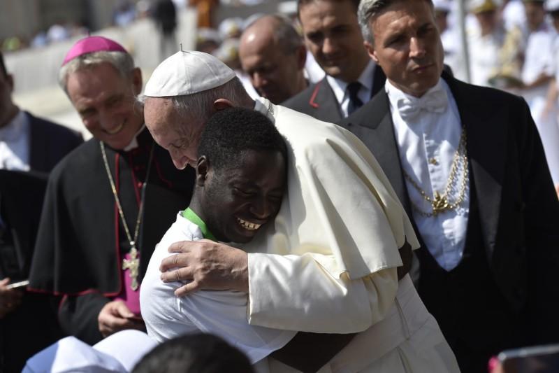El Papa abraza a un joven en la audiencia general © Vatican Media