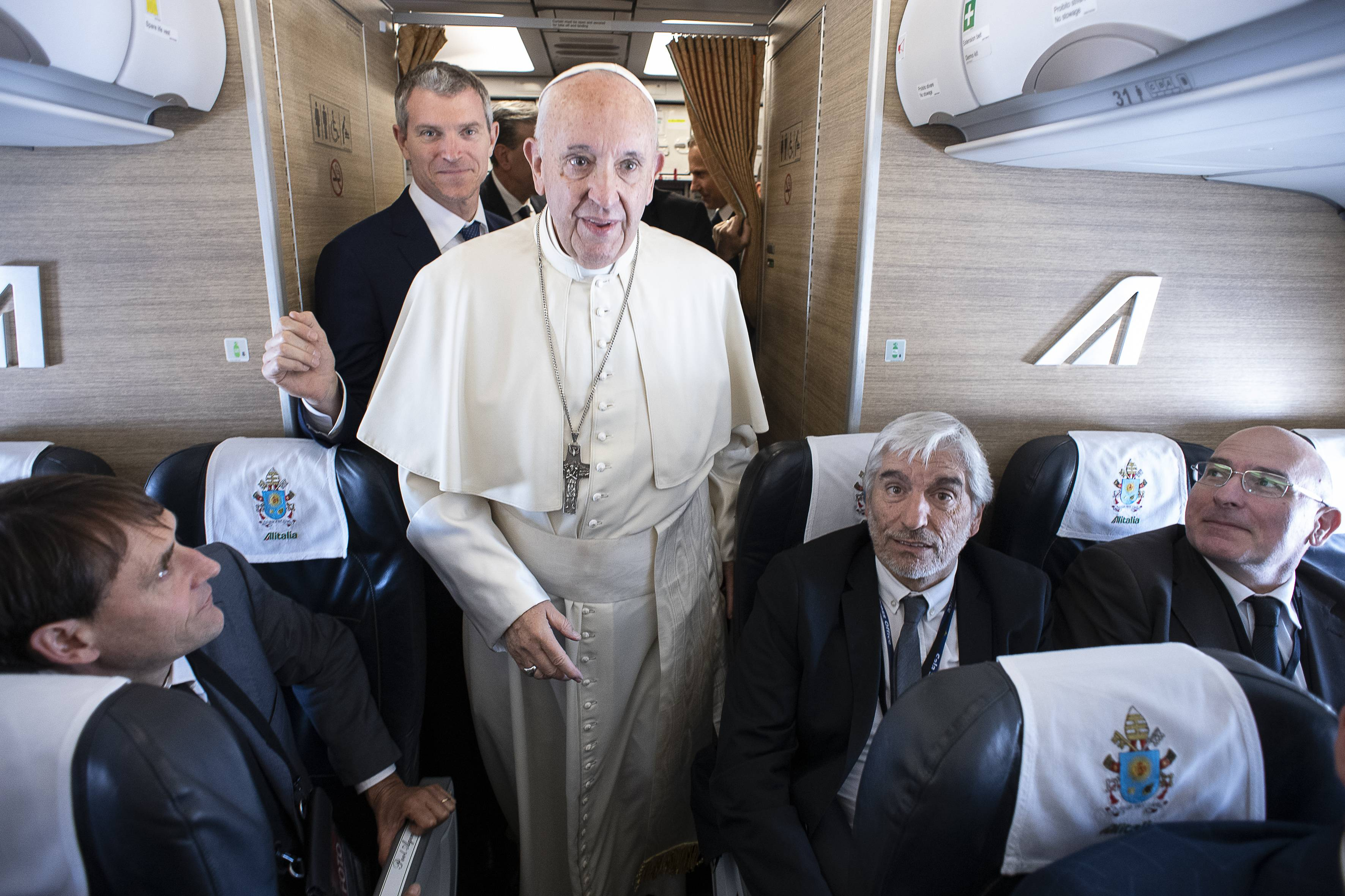 Matteo Bruni acompaña al Papa en uno de sus viajes internacionales © Vatican Media