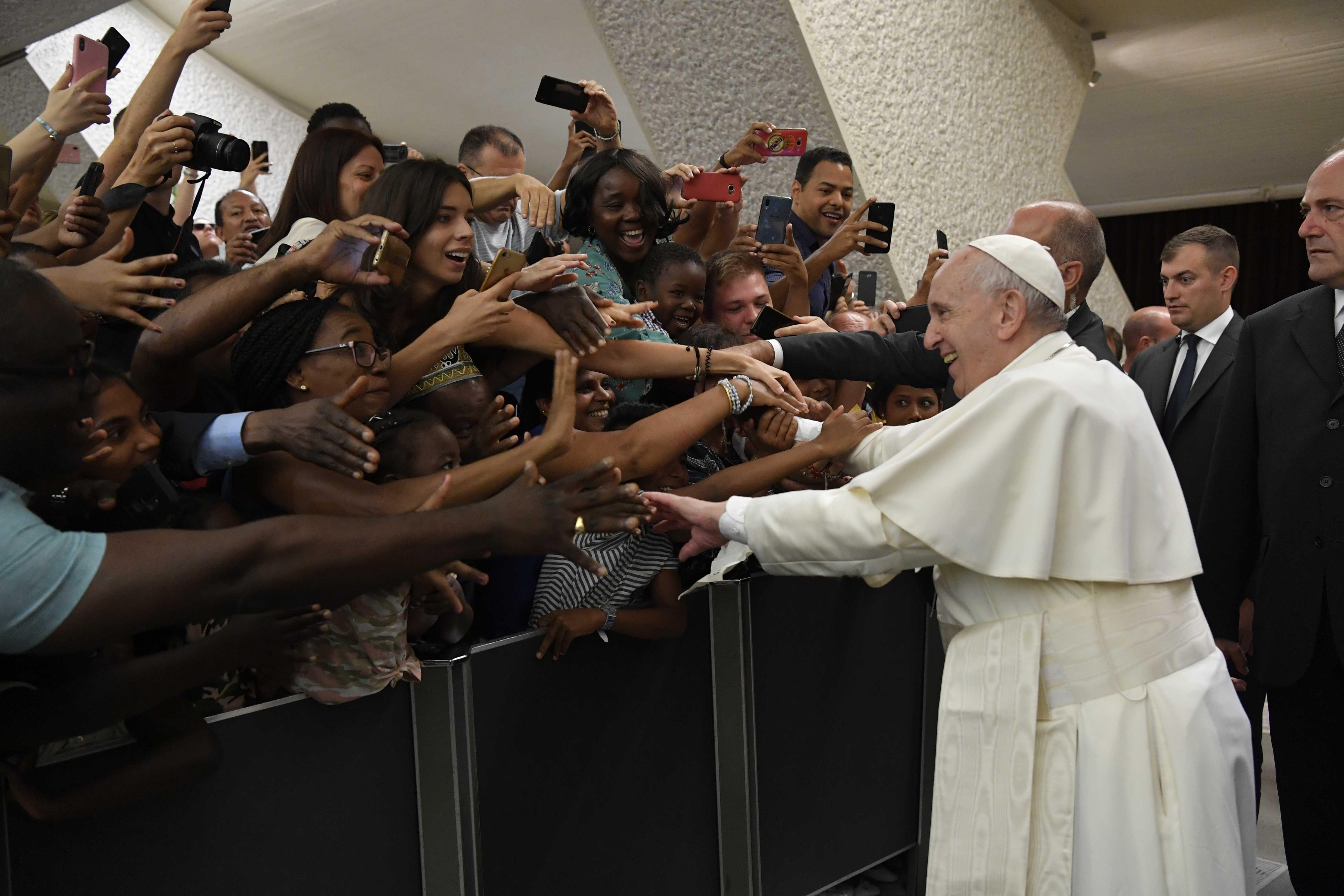 Francisco saluda a los participantes en la audiencia general © Vatican Media