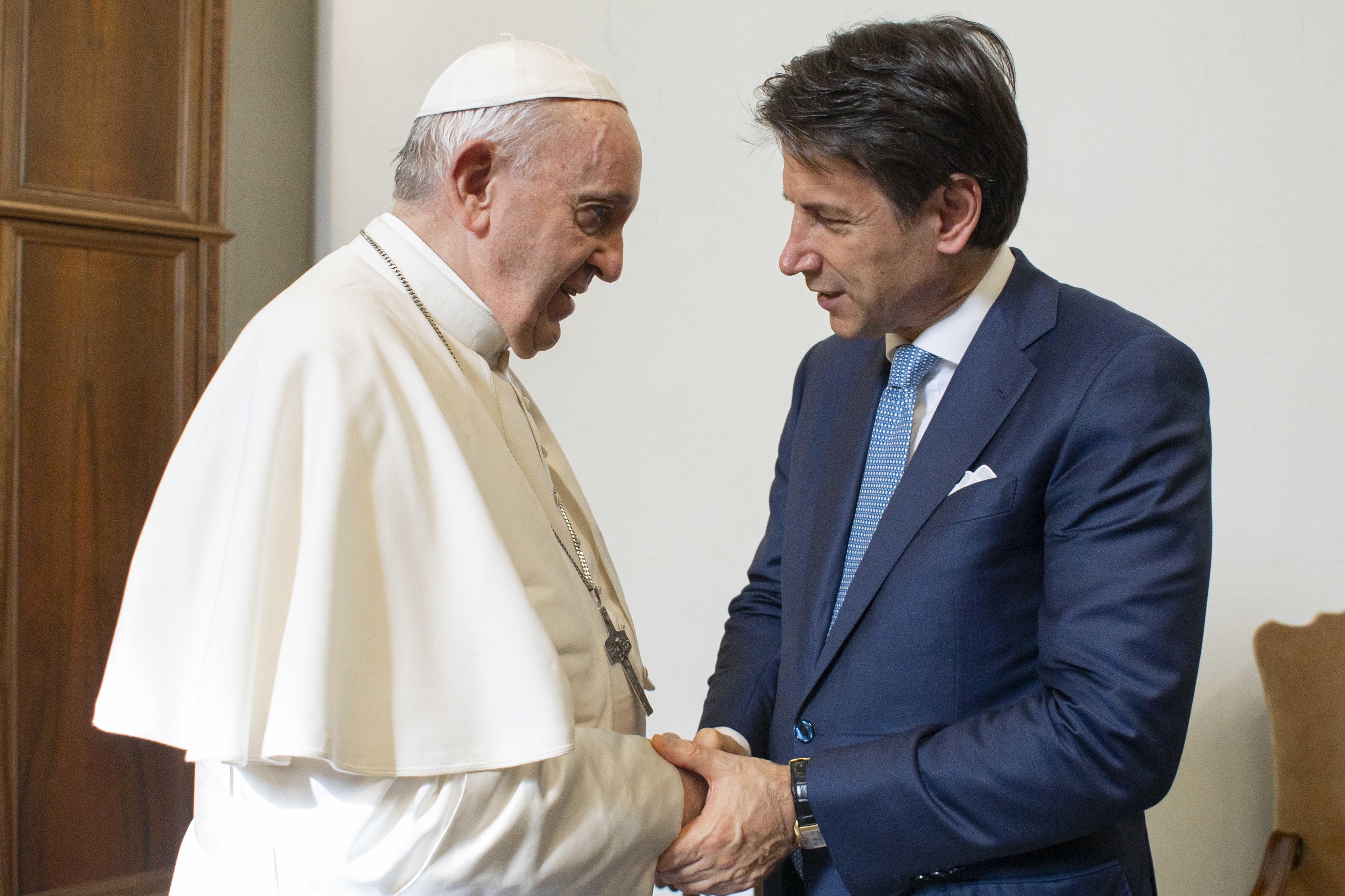 El Papa saluda a Giuseppe Conte © Vatican Media