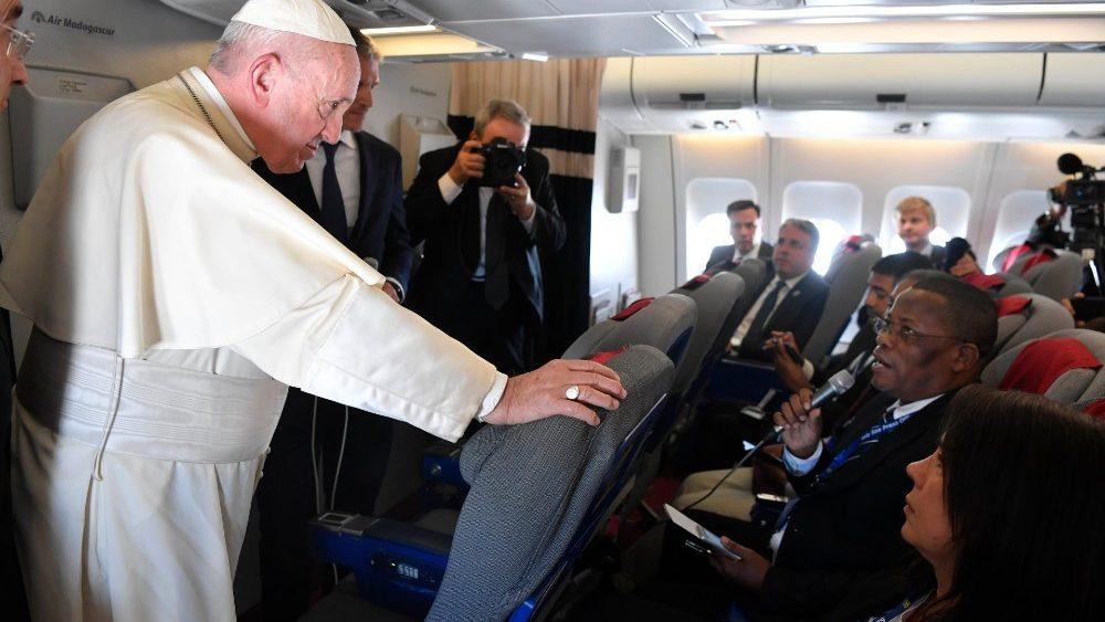El Papa responde a un periodista africano © Vatican Media