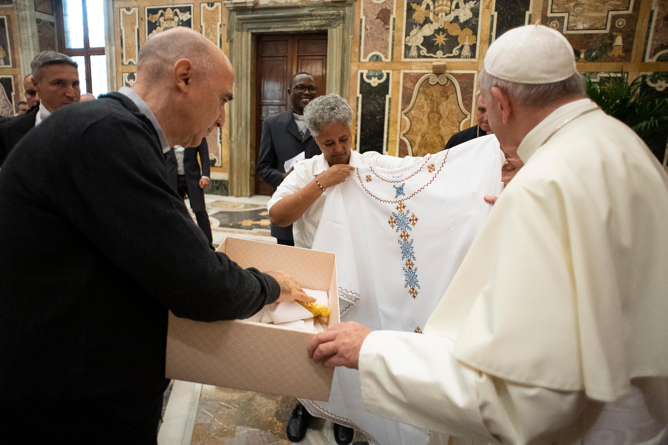 Regalo de los Institutos Misioneros al Papa © Vatican Media