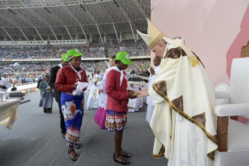 Misa en el estadio de Zimpeto, en Mozambique © Vatican Media