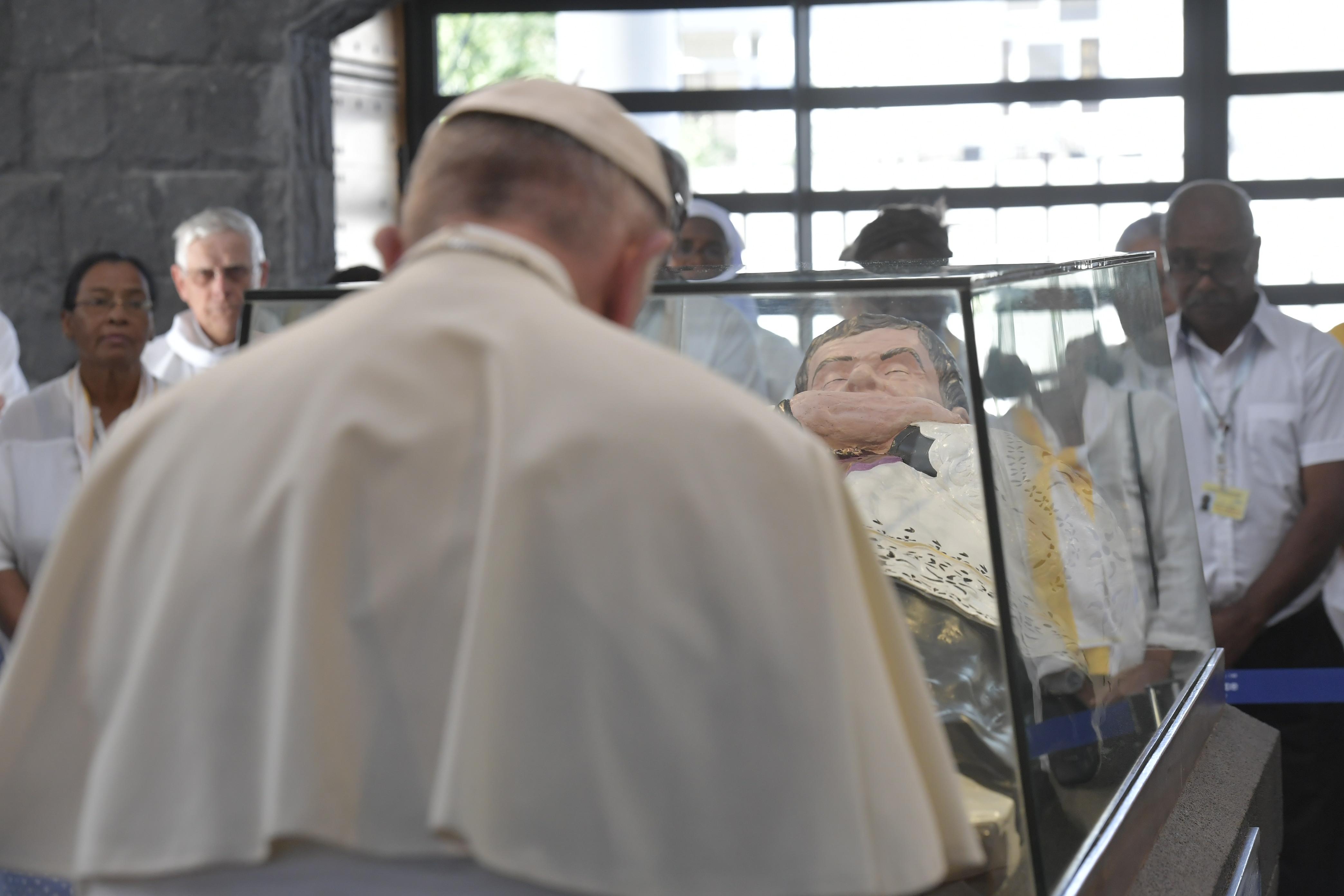 Francisco reza ante la tumba del beato padre Laval, en Mauricio © Vatican Media