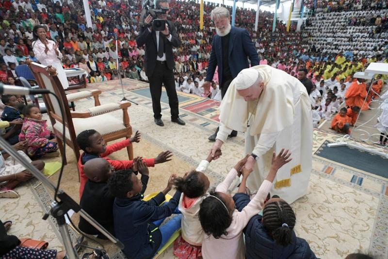El Papa saluda a niños de Akamasoa © Vatican Media