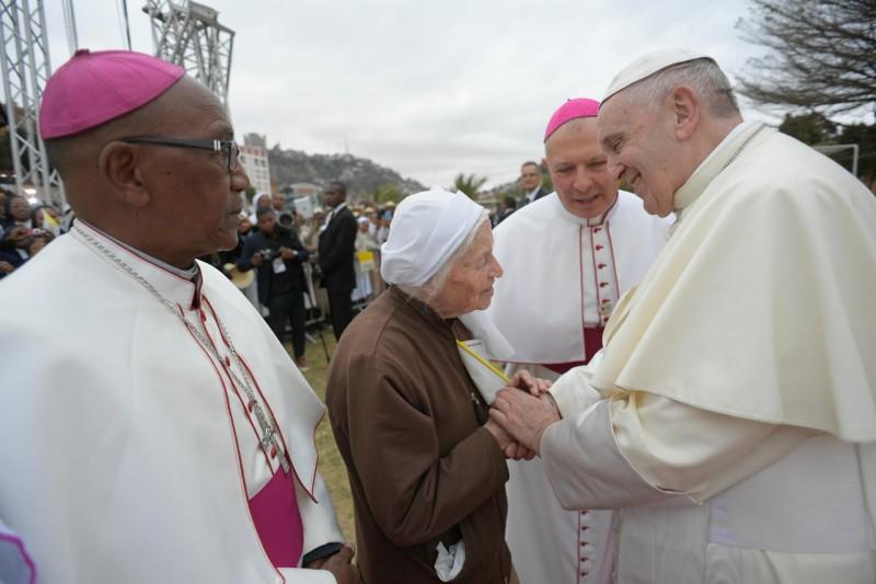 Francisco bendice a una religiosa anciana en Madagascar © Vatican Media