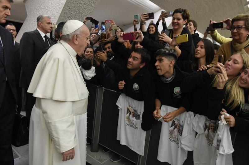 Jóvenes conversan con el Papa en el Aula Pablo VI © Vatican Media