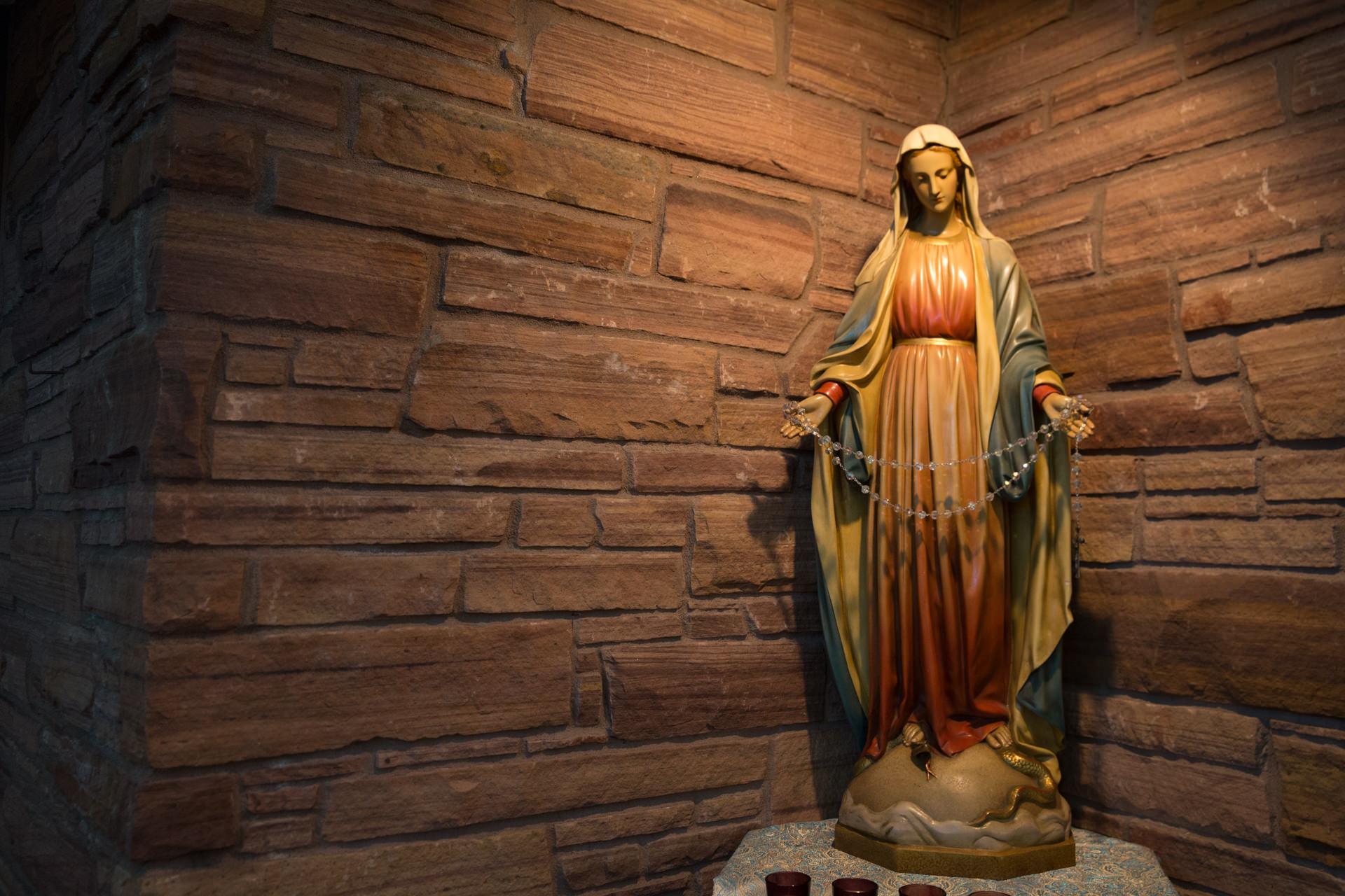 Imagen de la Virgen con el rosario © Cathopic