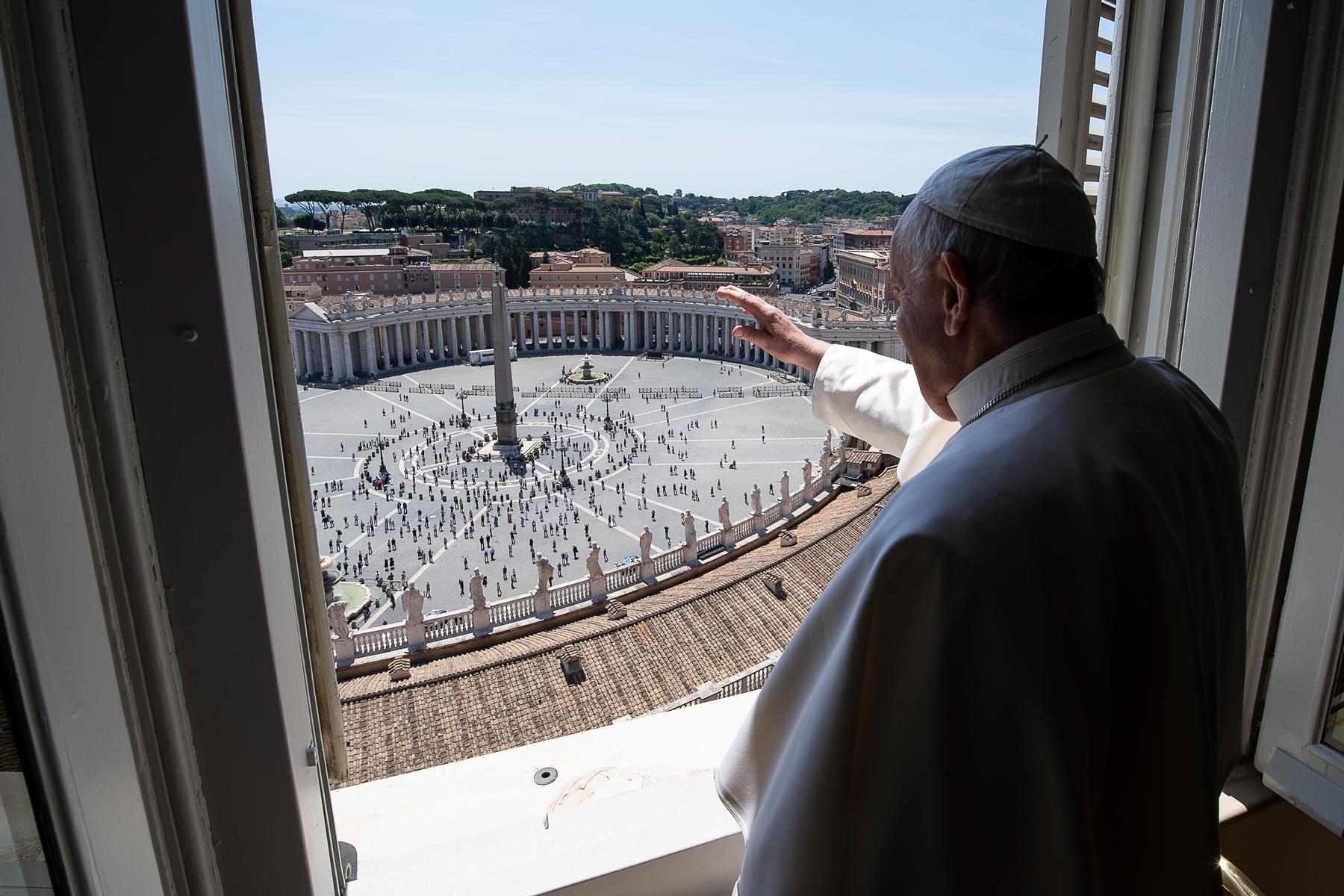 El Papa vuelve a saludar a los fieles en la plaza de San Pedro