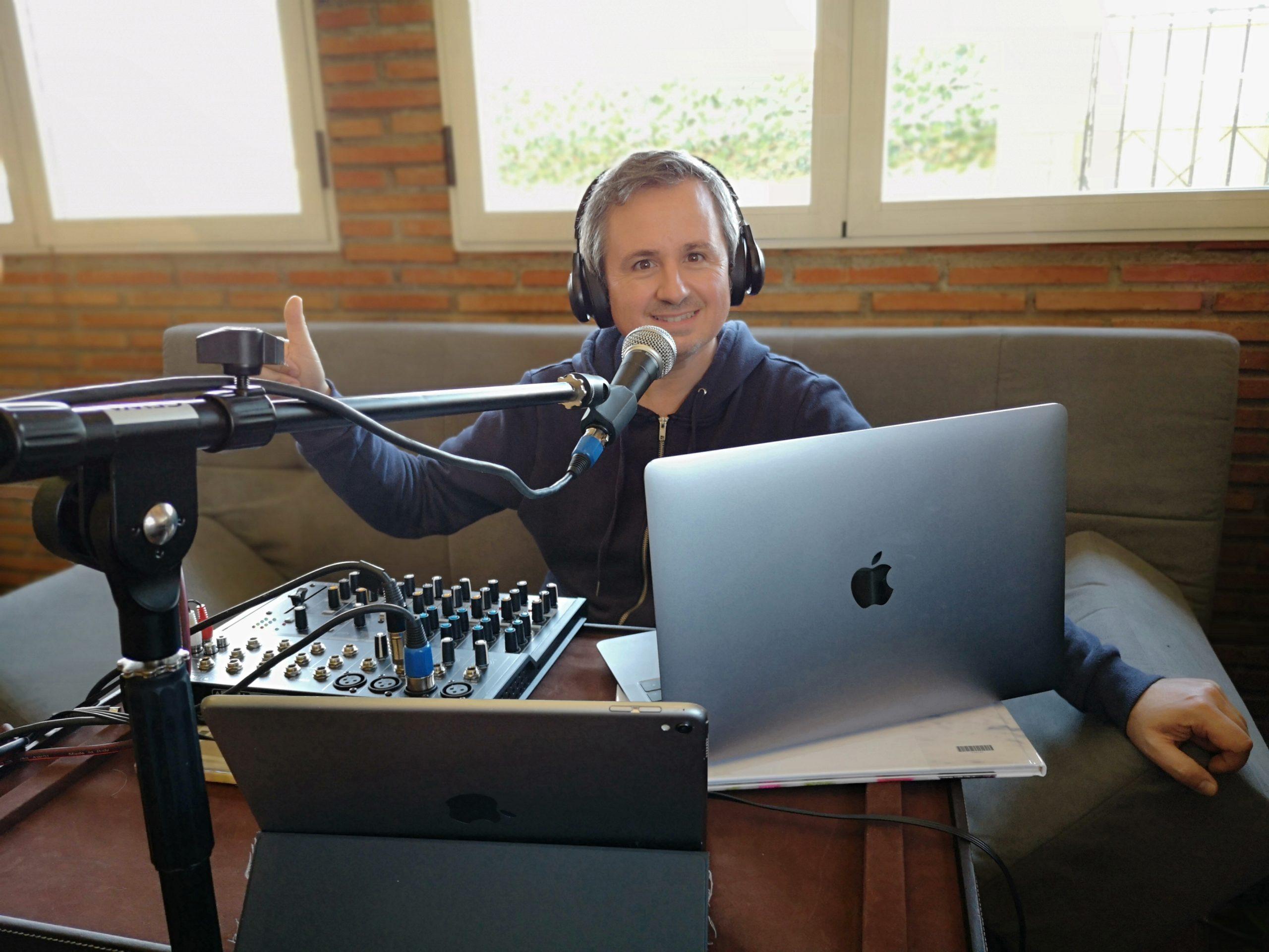 El profesor granadino prepara el programa 'Radio Fuerza' © Ángel Barragán
