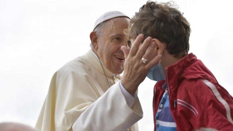 Papa Francisco dona bicicleta