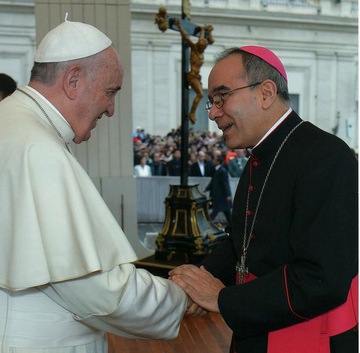 Monseñor Armando Tineo saluda al Papa © El Guardián Católico