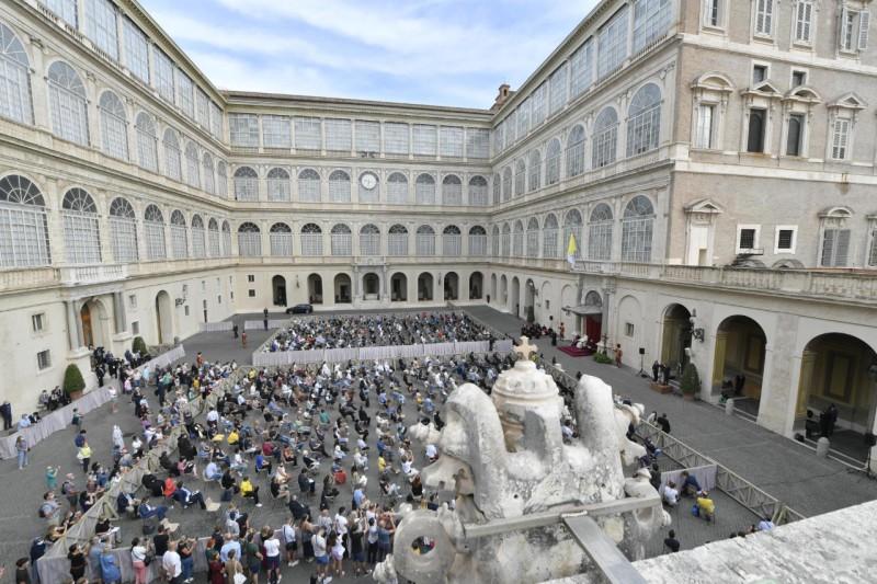 El Papa se reencuentra con los fieles en el patio de San Dámaso