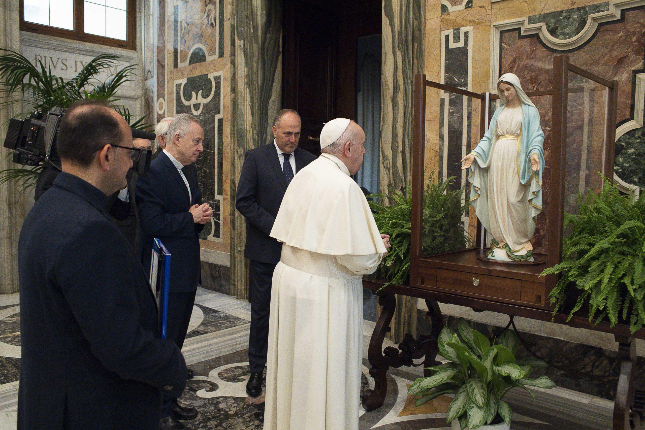Papa bendice Medalla Milagrosa
